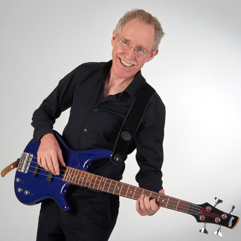 Christoph Schmitz mit blauem E-Bass