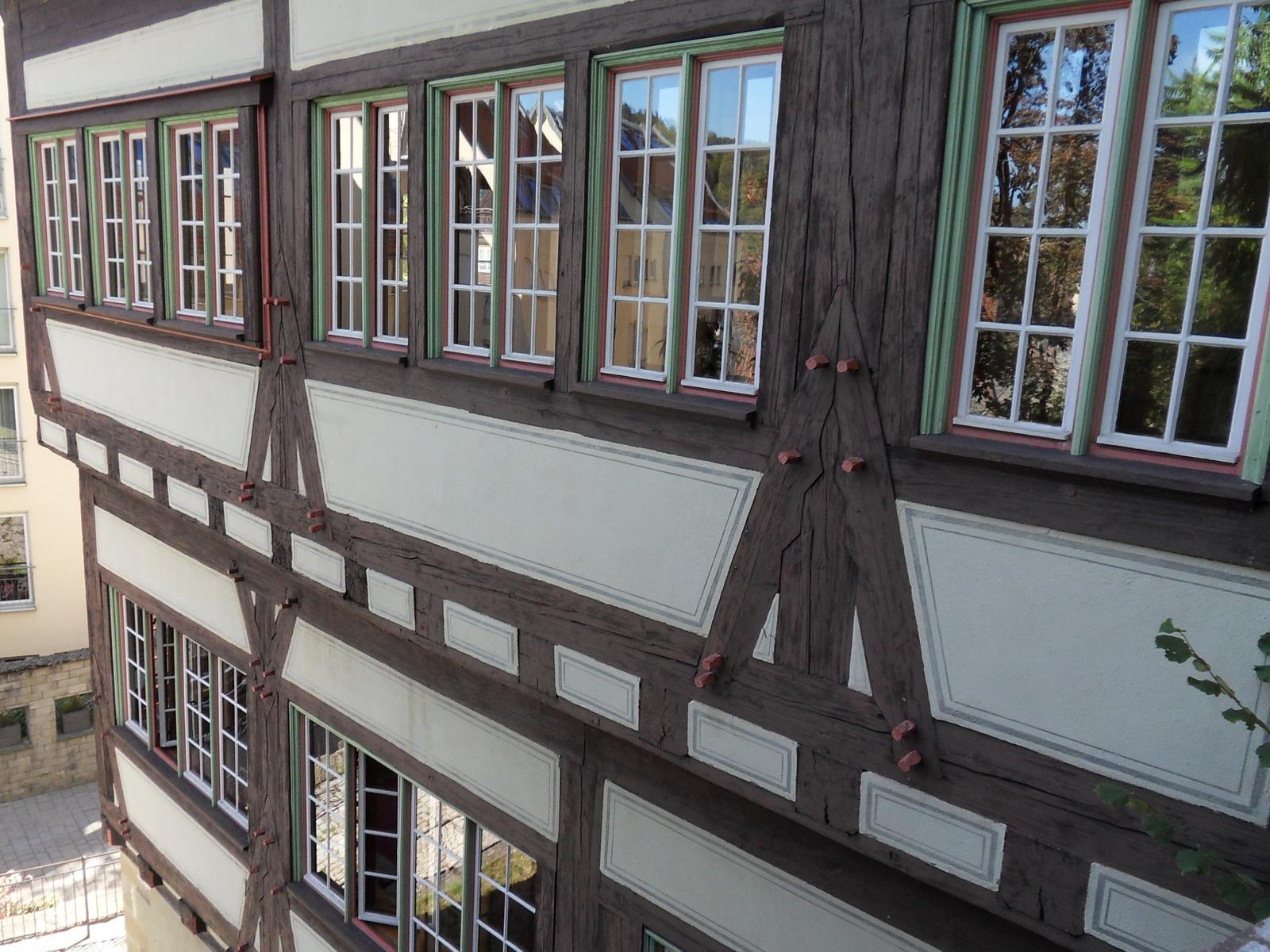 """""""Hoher Giebel"""", Musikschulgebäude (Ausschnitt seitliche Fensterreihe)"""