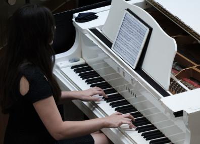 Pianistin am weißen Flügel