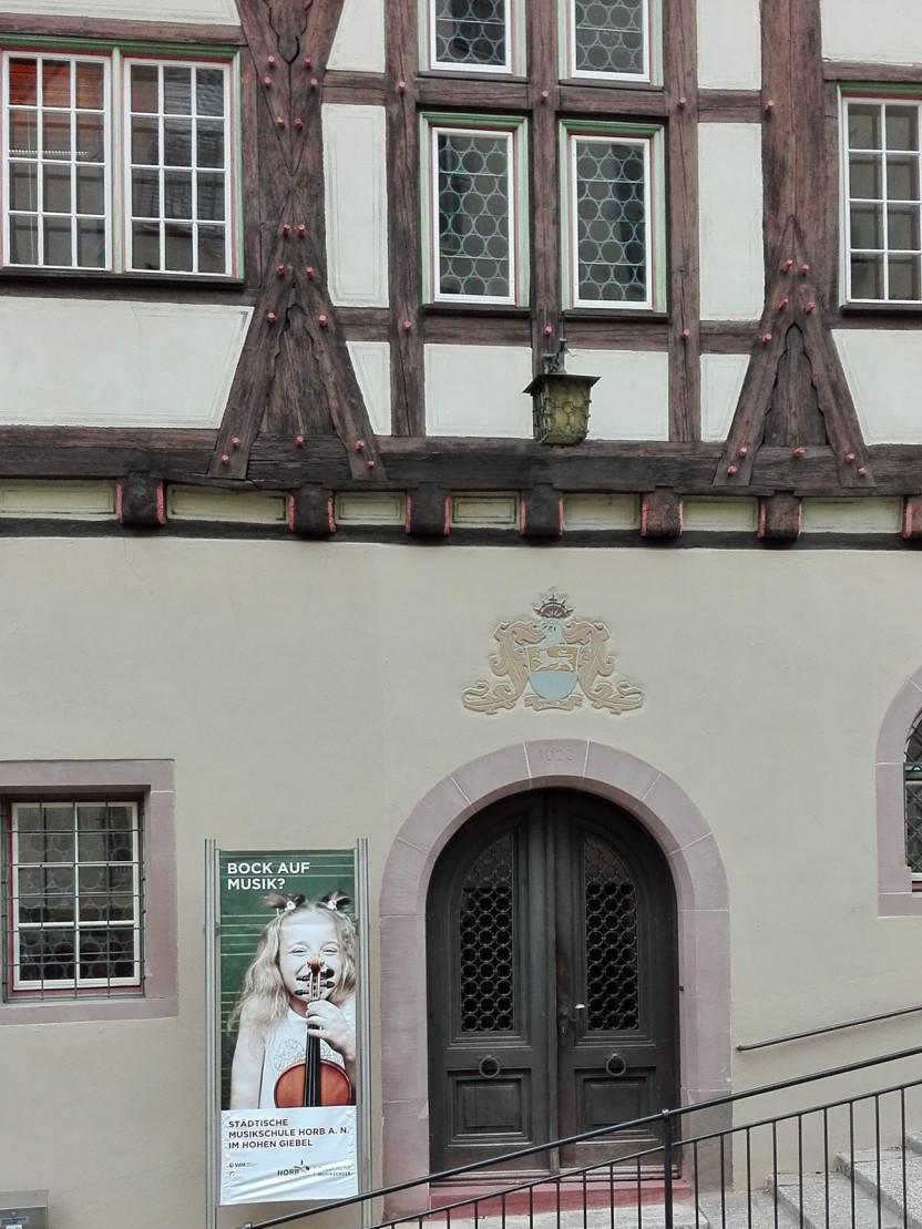 """""""Hoher Giebel"""", Musikschulgebäude (Ausschnitt Eingang) - Hochformat"""