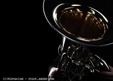 Tuba mit schwarzem Hintergrund, © Alenavlad - stock.adobe.com (Zuschnitt)