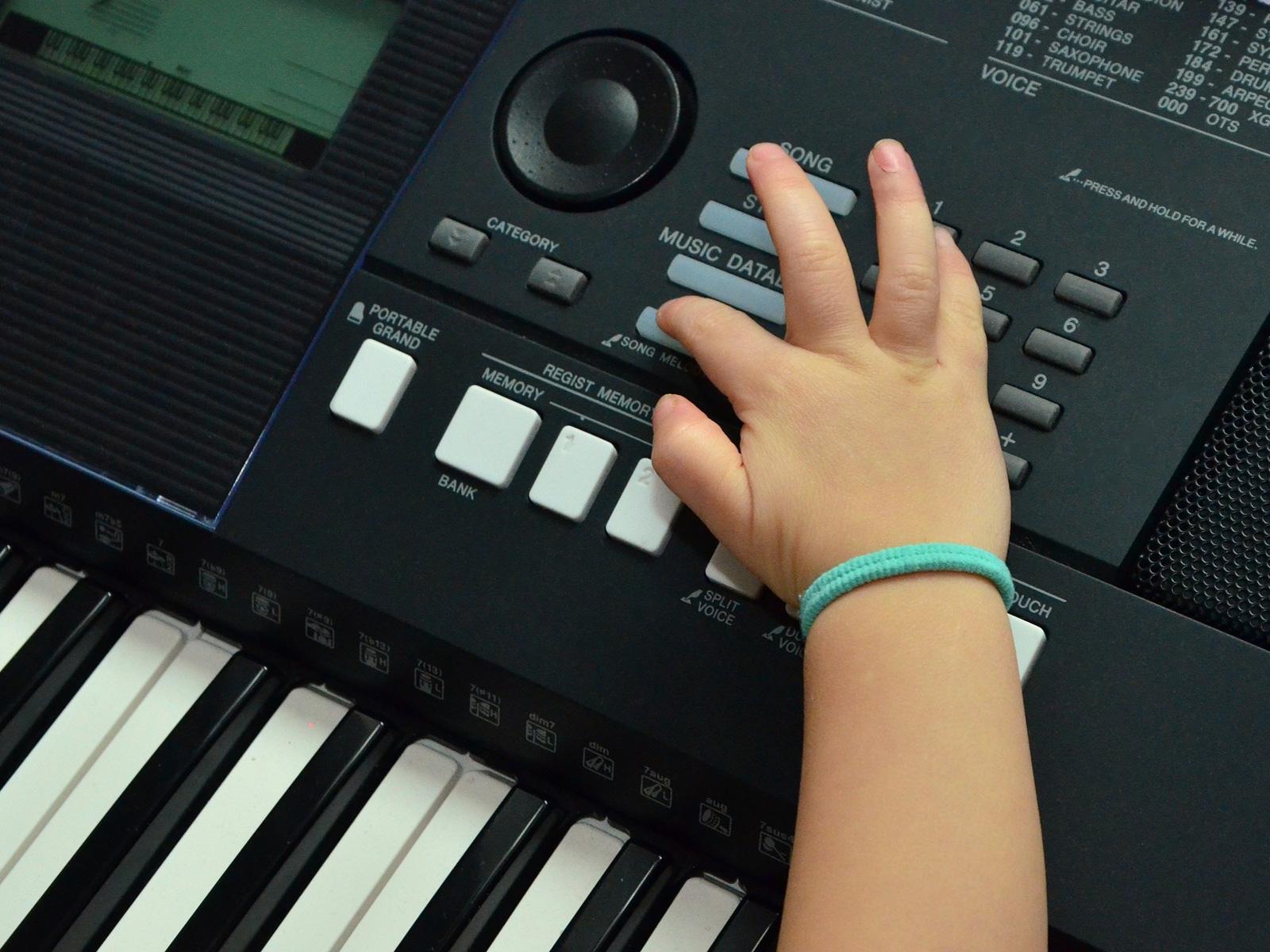 Kinderhand am Keyboard