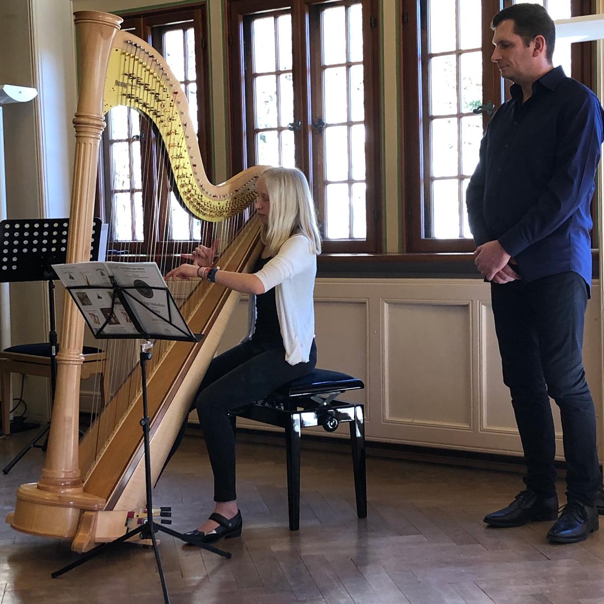 Harfenistin aus Alpirsbach bei Matinée im Hohen Giebel vom 24.2.2019; nebenstehend ihr Lehrer Jochen Stübenrath