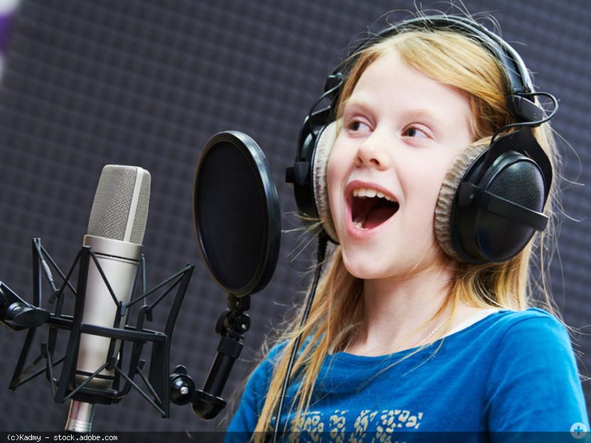 Singendes Kind vor Mikrofon im Aufnahme-Studio, singen lernen im Gesangsunterricht © Kadmy - stock.adobe.com (Zuschnitt)
