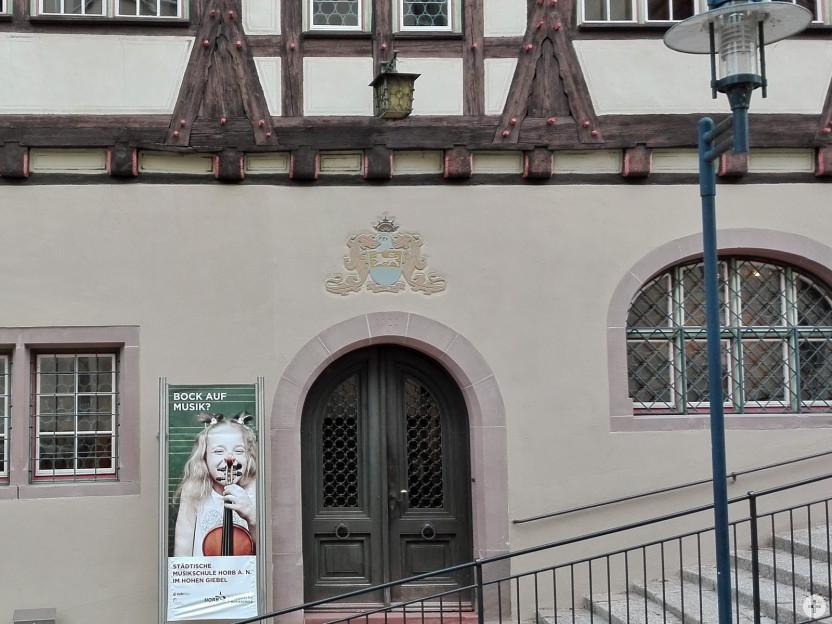 """""""Hoher Giebel"""", Musikschulgebäude (Ausschnitt Front unten)"""