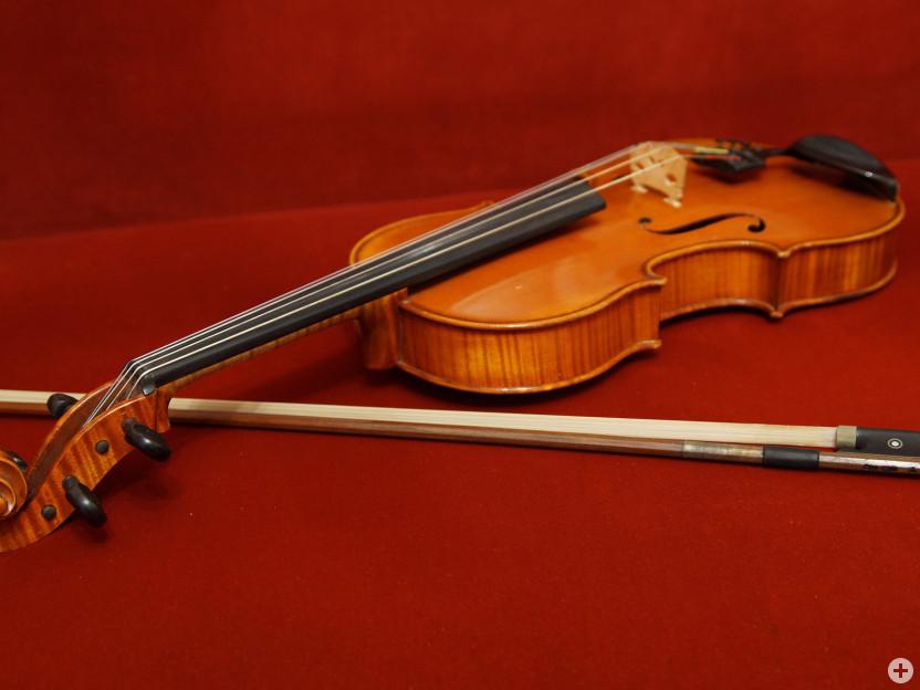 Bratsche (Viola) mit Bogen