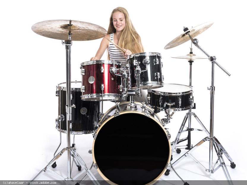 Mädchen am DrumSet, © ahavelaar - stock.adobe.com