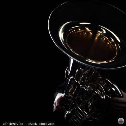 Tuba mit schwarzem Hintergrund (quadratisches Bild), © Alenavlad - stock.adobe.com (Zuschnitt)