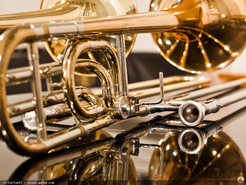 Posaune auf spiegelnder Fläche liegend, © furtseff - stock.adobe.com (Zuschnitt)