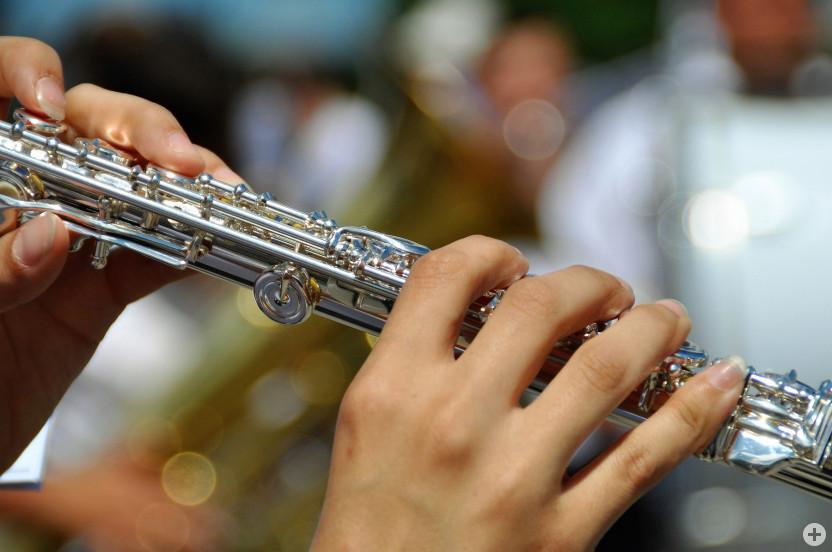 Querflöte (Instrument und Hände sichtbar)
