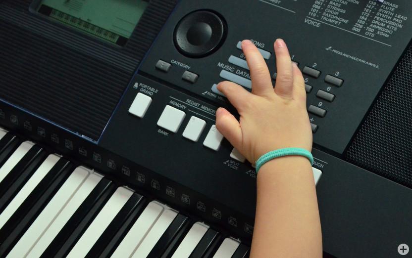 Kinderhand am Keyboard (Ausschnitt)