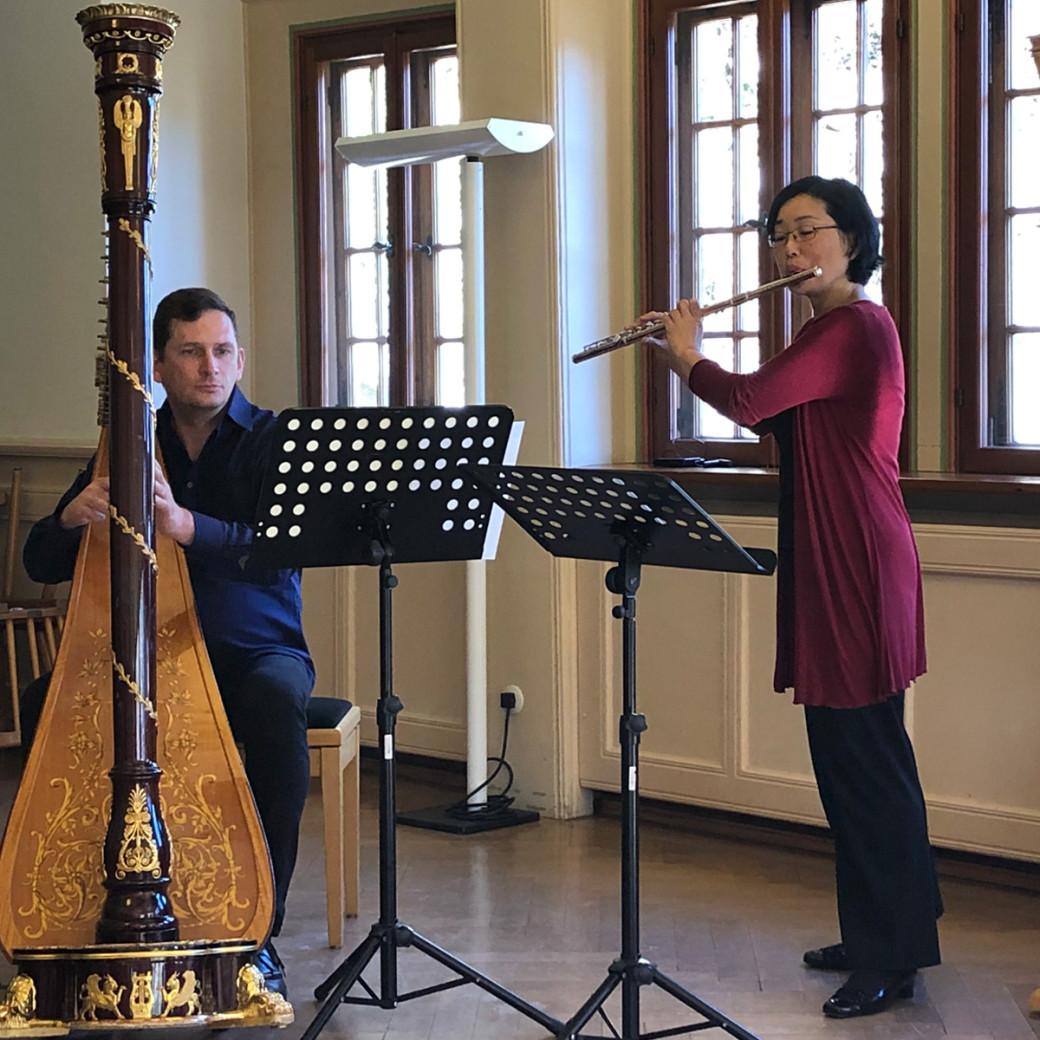Flötenlehrerin und Harfenlehrer beim Duett im Konzertsaal des Hohen Giebel bei Matinée am 24. Februar 2019