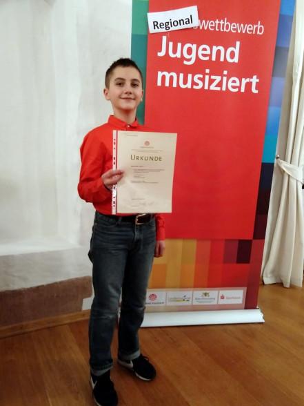 Preisträger Maxim Weber mit Urkunde