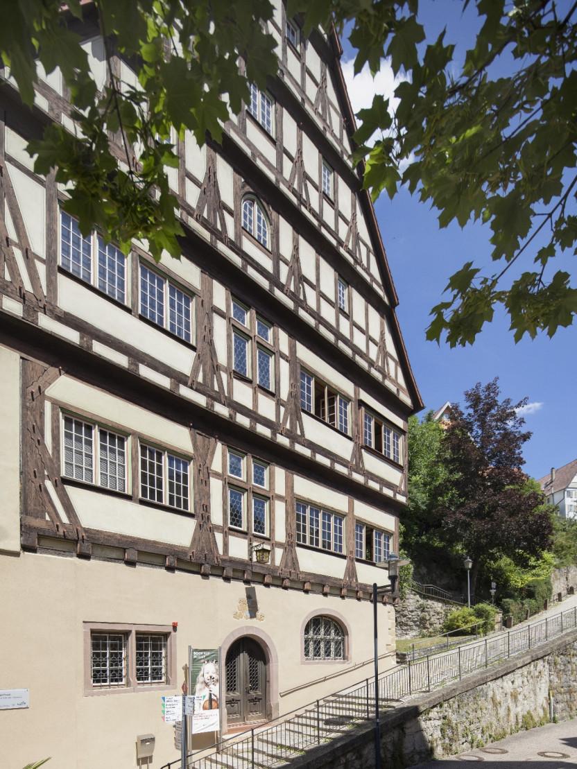 """Hoher Giebel"" Musikschulgebäude (Hochformat)"