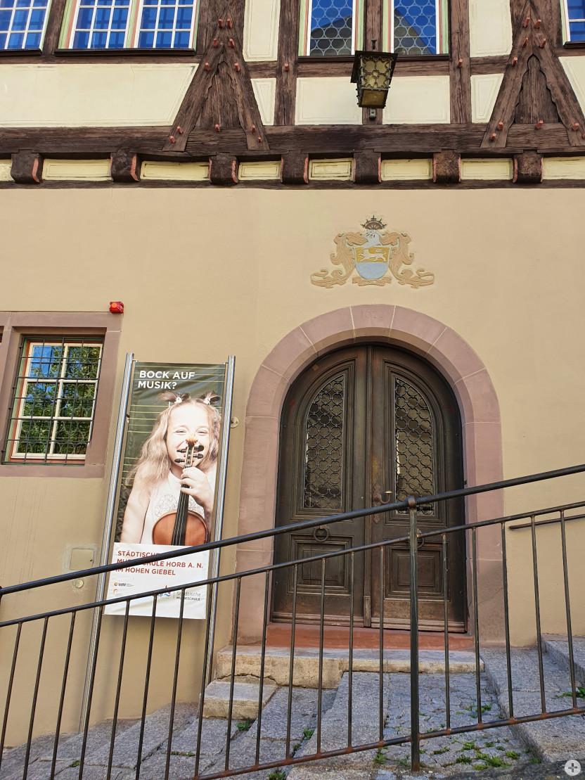 """Hoher Giebel"" Musikschulgebäude, Portal Hochformat"